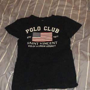 En mörkblå tröja från polo club