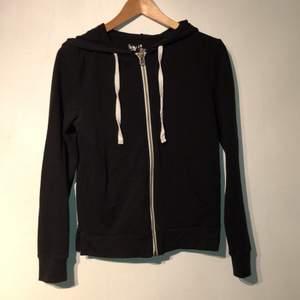 Svart tröja köpt i USA, säljs pga för liten för mig. Endast använd ett fåtal gånger.