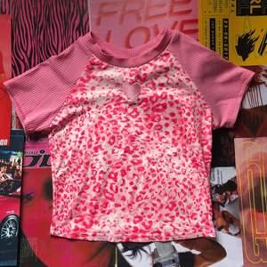 Rosa leopard babytee i storlek XS/S, aldrig använd. Pris: 93kr + 57kr frakt (totalt 150kr)