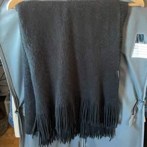 Svart,mysig halsduk från Filippa K