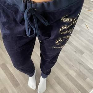 Fina Juicy Couture mjukisbyxor i en fin marinblå färg. Byxorna är äkta och köpta för 1000kr. Byxorna har två snygga fickor därbak och ett märke framtill, de är även i bra skick. Storlek L. Köparen står för frakten!💕