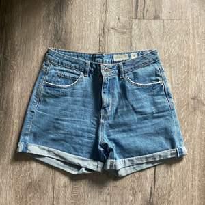Blåa jeansshorts från vero moda. Använda 2-3 gånger. Fraktavgift tillkommer.