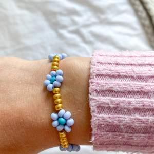 Beaded Flower Bracelet. Superfint och trendigt till sommaren! Beställ genom instagram, @JewleryByEmbla⚡️🌼