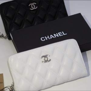 Chanel läder plånbok finns inne i svart och vitt. Det är äkta läder så inget fake läder. Riktigt bra kvalitet.