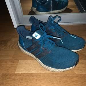 Säljer mina supersköna Adidas Ultraboost då dem inte passar mig längre! Boosten är lite smutsig men inget som gör något! Köpt för 1800kr! Pris går att diskuteras!