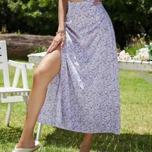 Super fin kjol! Passar Xs-S💗 kjolen går ner till vaderna och sitter precis som på bilden👌🏽 Köpt i slutet på förra sommaren  men inte använd så mycket så i nyskick!! Buda från 100💕 högsta bud ❌100❌