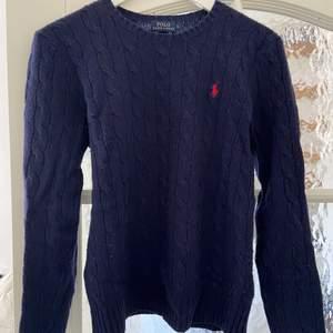 Polo Ralph lauren tröja! Använd en del därav priset men mycket skön fortfarande. Inga fläckar men lite nopprig!