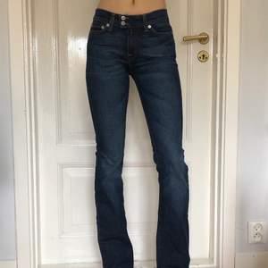 Dessa skitsnygga vintage jeansen i storlek 26/32 💕🌟 so coola och ger Y2K och 2000s vibes 🥳😍