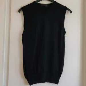 En svart pullover från Nanibon i storlek S. Fraktkostnaden tillkommer.