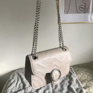 Knappt använd väska från Glitter, söt men passar inte min stil. Band som går att anpassa längden på