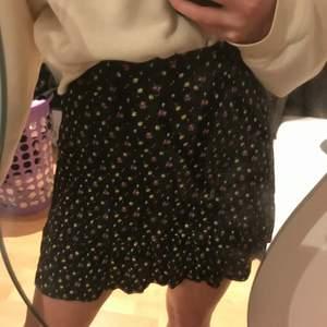 Jätte fin kjol som tyvärr inte kommer till användning. Världens skönaste material🤩 den är köpt på barnavdelningen men sitter som en XS
