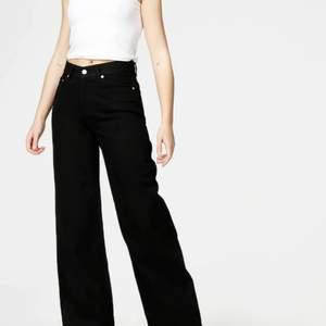 Vanliga svarta vida jeans från junkyard. Skit snygga men skulle inte säga att de är riktigt min stil och att de passar mig. Skriv om du vill ha fler bilder privat 💞