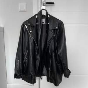 säljer min nästan oanvända AFJ jacka från nakd! storlek 38🖤jätte fint skick, ganska tunn så perfekt nu till våren!
