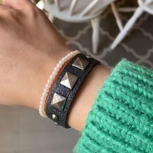 Glittrigt armband med nitar💕 ganska använt och ganska litet, frakt 12kr