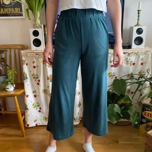 Gröna ankelbyxor från Monki. Mycket sköna. Något korta på mig som är 176 cm. Töjbar resår i midjan. Några märken i tyget baktill (se bild). 50 kr exkl. frakt.