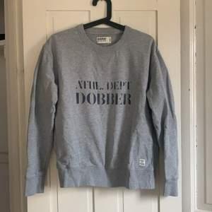 Basic grå sweatshirt. Oversized på mig som bär storlek s/xs! 100kr ink frakt❤️