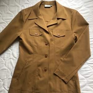 Supersnygg beige kostymjacka från Hennes Collection (HM ala 90-tal)! Storlek 36🌞