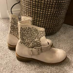 Grå beiga boots med nitar, storlek 36, ny pris ca 2000 kr. Skit snygga till en klänning nu till sommaren