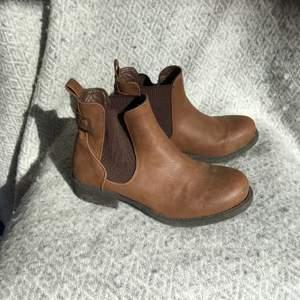 Fejkskin, bruna boots. Sköna att dra på sig bara. Snygg färg. Lite slitna på tån därför det är lågt pris. Annars inget fel på dom ☺️