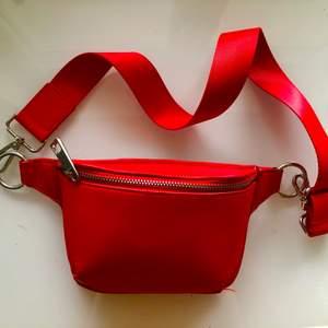 Röd väska med kort band ❤️