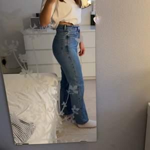 Weekday jeans i modellen row storlek 26/30. Är lite lite uppsydda och passar mig som är 160cm. Köpare står för frakt