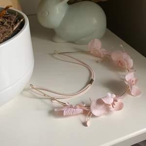 Säljer detta fina diadem med blommor. Knappt använd och i bra skick. Tror den är från H&M🌸🌸