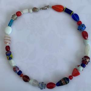 Handgjordt halsband med lite olika fina pärlor🍄         Köparen betalar frakten.