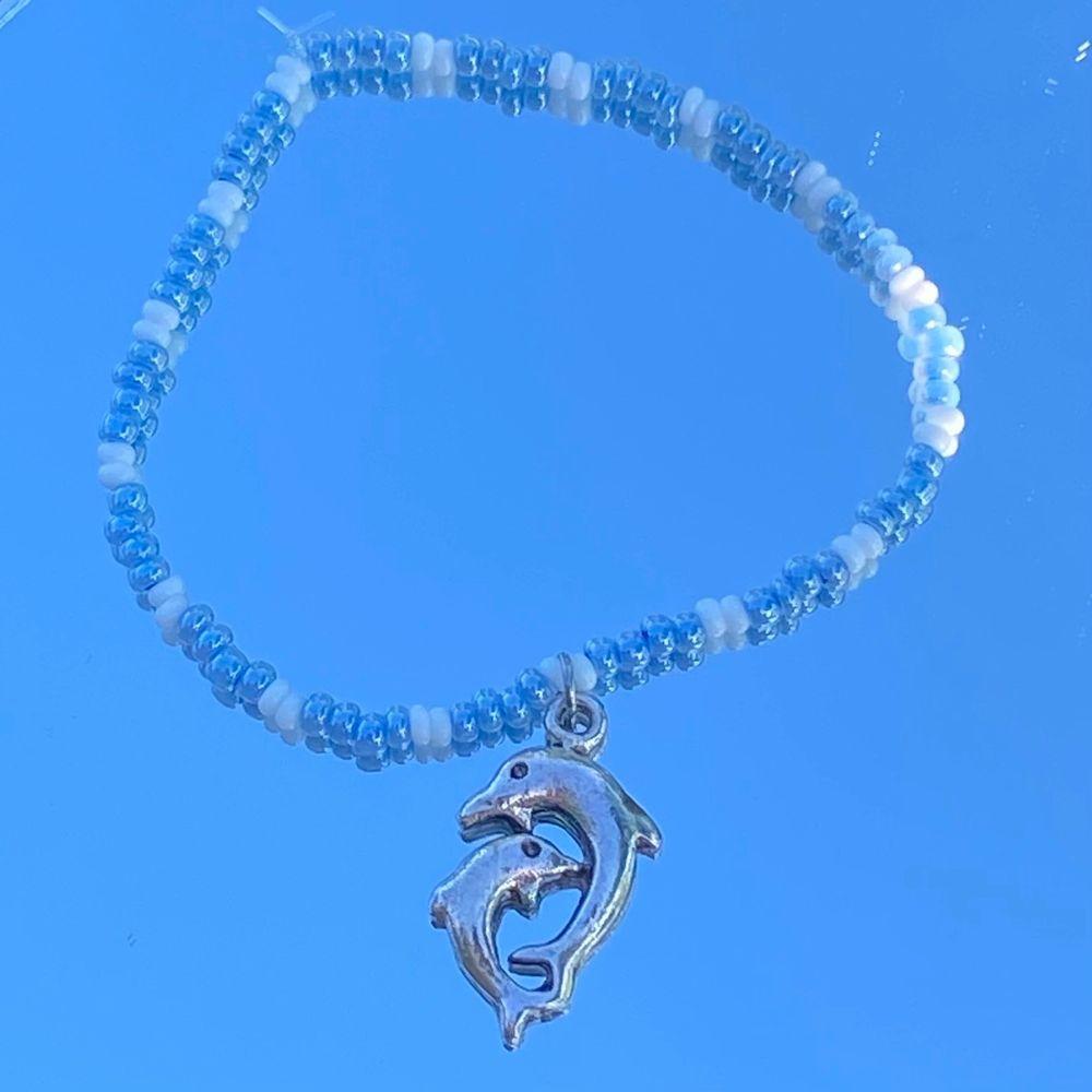 Säljer dessa handgjorda armband för 35kr styck 💙🤍 Finns även att köpa på min instagram, @tinyjewelry.se Obs: Mörkblå är slutsåld!. Accessoarer.