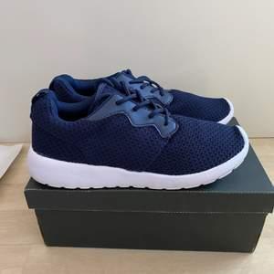 Säljer dessa helt oanvända skorna från lager 157. Perfekta att ha till idrotten eller andra aktiviteter då man kanske inte vill smutsa ner sina dyrare skor.