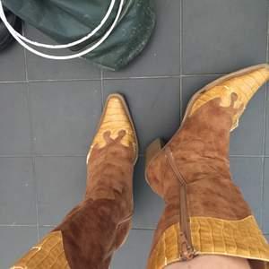 Ett par riktigt unika och läckra cowboy boots. Dessvärre är det väldigt slitna, underskon (bild3) vilket man inte märker alls när man går, och bild 2!! Det går helt att gå i men super slitna :(( därav priset! Jag hittar ingen storlek på de men skulle säga 39, jag har 39 och det sitter perfekt på mig.