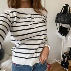 """En fin tröja, som piffar upp outfiten lite. Perfekt till ett par jeans eller shorts❣️ Köpt i frankrike på """"Ligne à Suivre"""". Fina mörkblå ränder."""