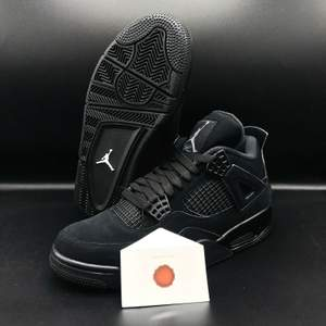 Air Jordan 4 retro (black cat) använda ett par gånger men är frf i topp skick. Storlek 43, US 9,5.