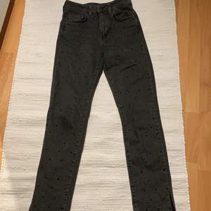 Super snygga unika jeans i storlek 34 med egengjord slits. Grå tvättad färg med svarta stenar på! Så coola! Pris 150kr eller bud, kontakta mig privat om du är intresserad, alla priser går att diskuteras i min plick! Kolla in min profil, rensar garderoben!❤️