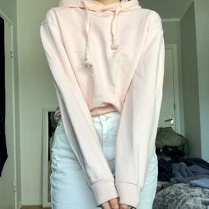 Populär rosa hoodie från nakd, använt ett par gånger 7-10 men i väldigt fint skick. 50kr + en liten fraktkostnad som tillkommer