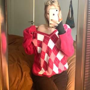 Skön långärmad tröja i rosa köpt secondhand. Jag har storlek S och sitter snyggt oversized så passar nog S-L❤️