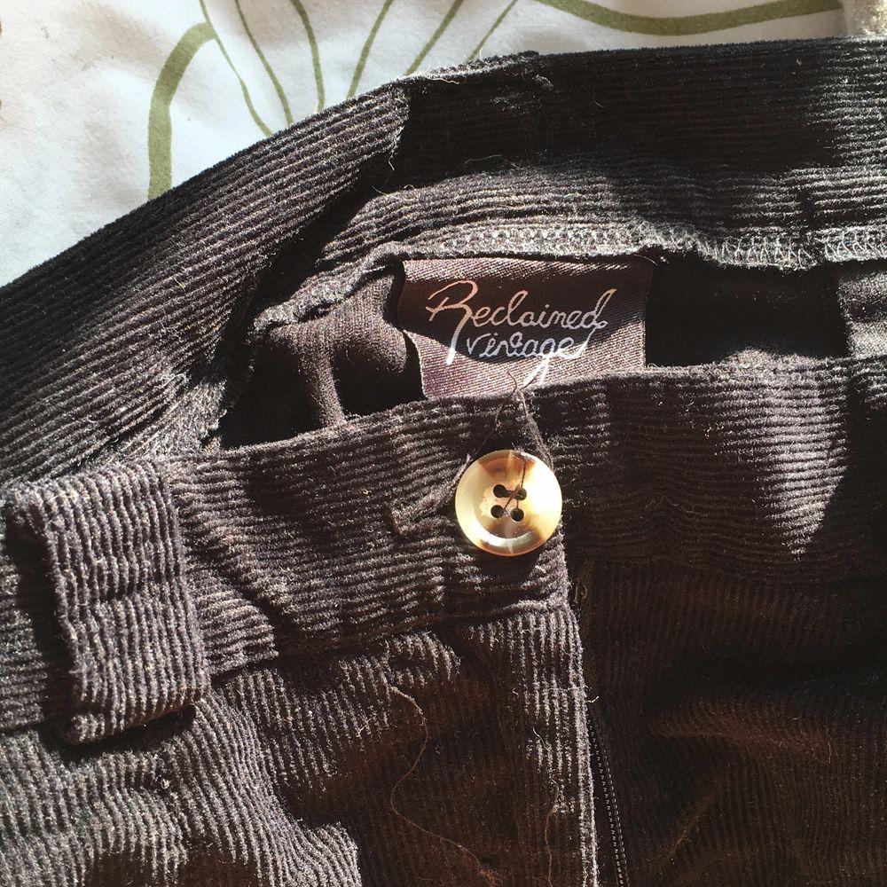 Säljer dessa skitsnygga wide-leg Manchesterbyxor från asos, reclaimed vintage. Ganska tunnt tyg, vilket gör att de blir de perfekta till sommaren/våren! Köpta förra sommaren och knappt använda.       Köp för 150kr ink frakt eller kom med eget förslag.. Jeans & Byxor.