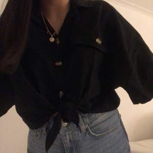 Jätte fin tröja. Kommer tyvärr inte till användning därför jag säljer💕 knappt använd. Frakt tillkommer och om det är flera intresserade blir det bud🥰