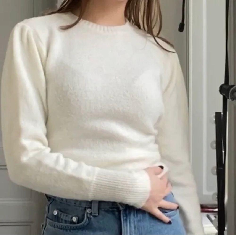 Så fin stickad tröja i jättemysigt material. Strl XS. Använd endast 1 gång. Frakt tillkommer på 66kr.. Stickat.