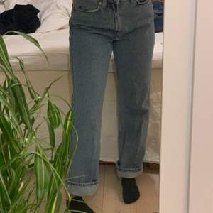 Straight leg jeans från weekday