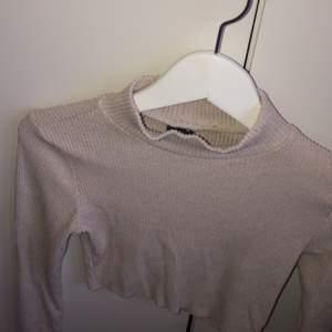 Säljer min beiga tröja då jag inte använder,frakt tillkommer 🚚❤️ och har croppat den själv