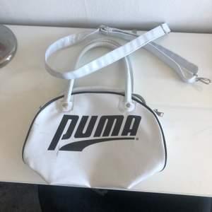 Säljer denna fina puma väskan. Köpt på second hand. Det finns ett axelband som man får med. Man kan även ta av det. Väskan har några repor. Har inte kommit till användning därför jag säljer❤️