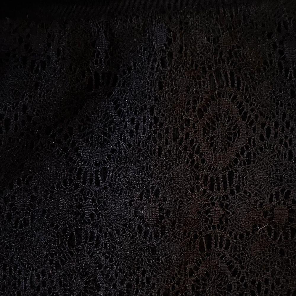 """Mjukis shorts med """"mönster"""" i form av spets på framsidan med svart vanligt tyg bakom. Baksidan är vanligt svart tyg. Använda en gång då de inte passar. Snören i midjan. Bara att skriva vid intresse, frågor eller önskan om fler bilder. Endast post & Swish. Shorts."""