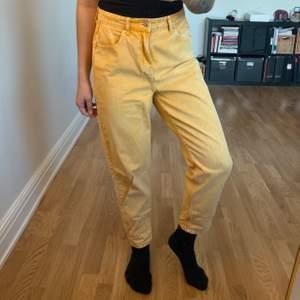 Gula jeans i MOM-modell från Primark i storlek 40. Dem är lite för stora får mig som är en 38, men sitter fortfarande fint om en önskar dem mer lösa. I gott skick. Köparen står för frakt som tillkommer 📬