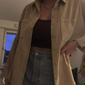 Trevlig beige manchesterskjorta!! Liten fläck på vänsterarmen (sista bilden) men annars toppenskick