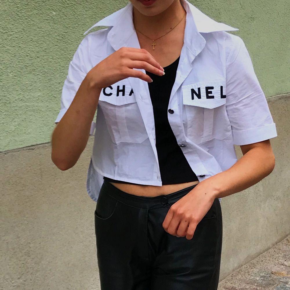 Säljer nu min Chanel skjorta 💃🏽 Köpt på depop där den var i princip ny och jag har sparsamt använt den!!. Skjortor.