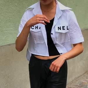 Säljer nu min Chanel skjorta 💃🏽 Köpt på depop där den var i princip ny och jag har sparsamt använt den!!