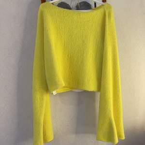 """tröja från Zara, köpt förra året. Använd en gång, jätteskönt material & mjukt 💛 mer en croptop & armarna är långa med ett """"släp"""""""