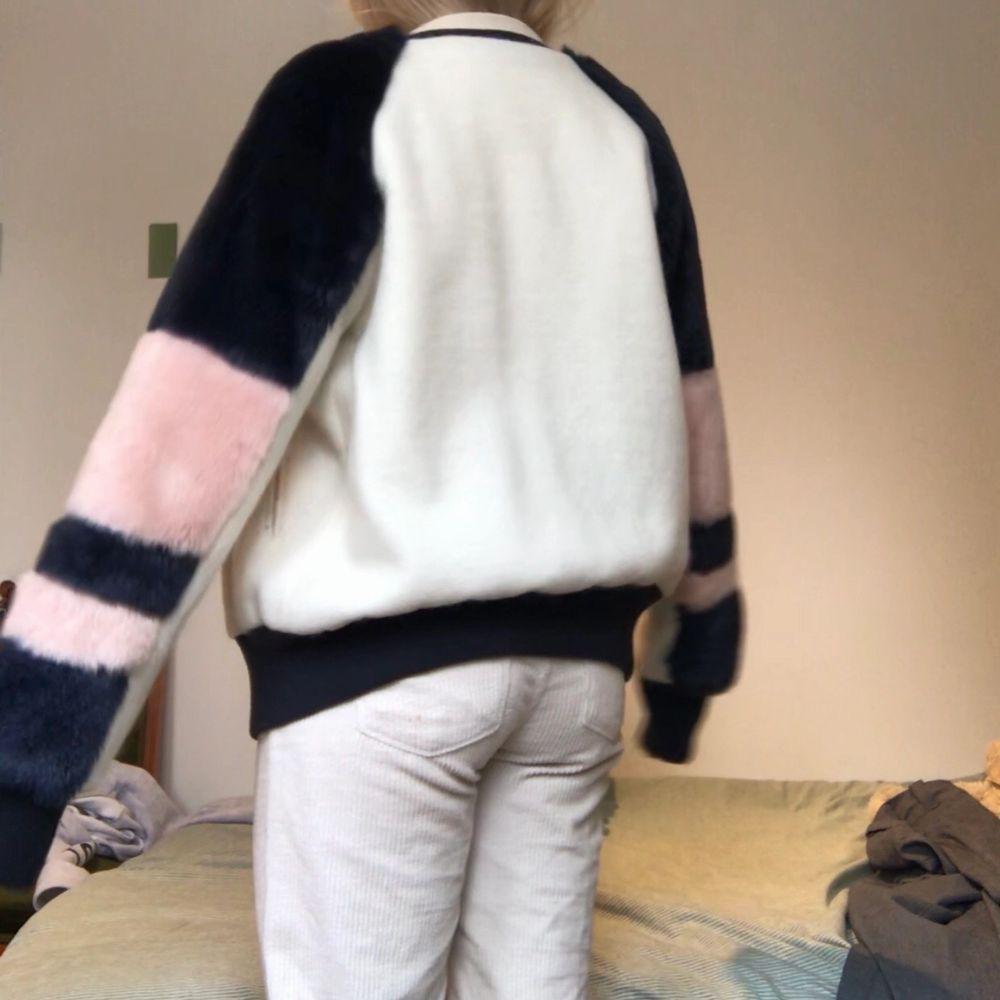 Svincool jacka från Zara. Jätteskön, varm & speciell!!! Oversize modell så passar säkert en M också💗köpt för 1200 & sparsamt använd. Inköpt 2017.. Jackor.