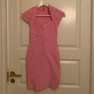 Rosa bandageklänning från Herve Leger. Storlek XS. Sitter otroligt fint på kroppen och är mjuk och skön.