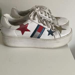 Ett par Tommy Hilfiger sneakers som är as coola och ganska höga. De är använda men fortfarande i gott skick och inte mycket slitningar💕💕